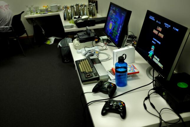 Hackathon var også en god arena for sosialisering og hygge, for eksempel med en runde TV-spilling? 📸: Jørgen Jacobsen