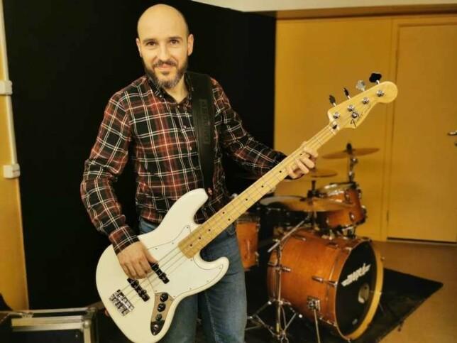image: Sergio flyttet fra Italia til Alta – nå er han programmerer og spiller bass i husbandet