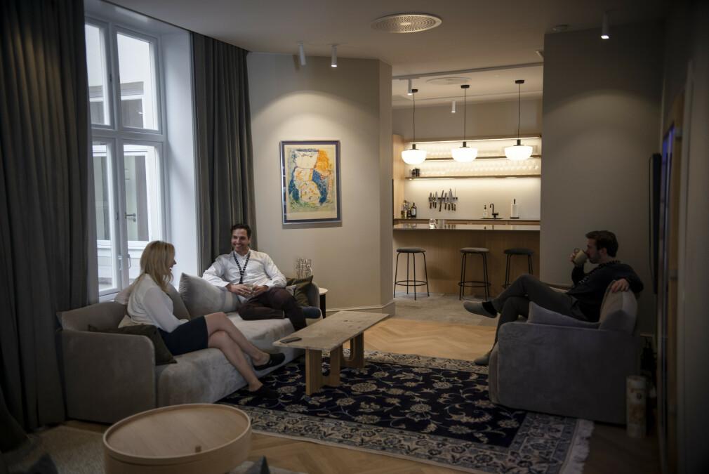 Kristin Bjerke (33), konsulentleder, Jakob Høgh Gjellestad (25), markedssjef og Marcus Sahlin Pettersen (42), daglig leder i Alv i en av flere lounger med sofa og TV i de nye lokalene i Oslo sentrum. 📸: Robert S. Eik