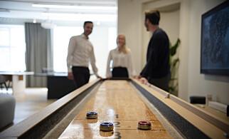 Shuffleboard er en av mange spillene Alv har i sine lokaler. 📸: Robert S. Eik
