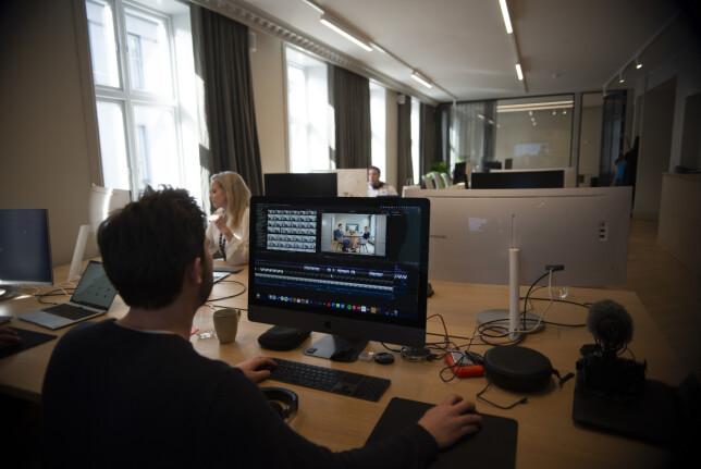 Jakob Høgh Gjellestad (25), markedssjef i Alv, redigere ukentlig filmer som blir publisert på hjemmesiden. 📸: Robert S. Eik