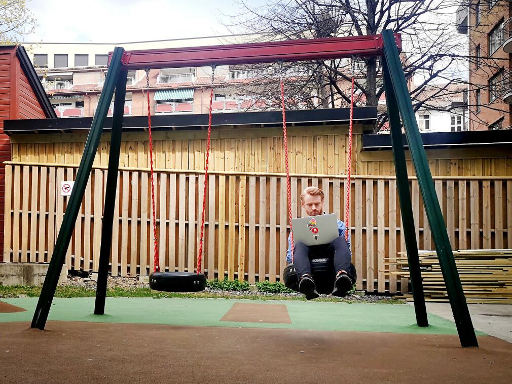 """Visma Consulting-utvikler Bjørn Olav Salvesen er """"tech lead, dels teknisk arkitekt og litt potet"""" hos Mattilsynet på dagtid. På kveldstid sitter han, tilsynelatende, på ei huske og utvikler Leike.no - et kart for blant annet pingpongbord, skateramper, lekeplasser og snart offentlige toaletter. 📸: Privat"""
