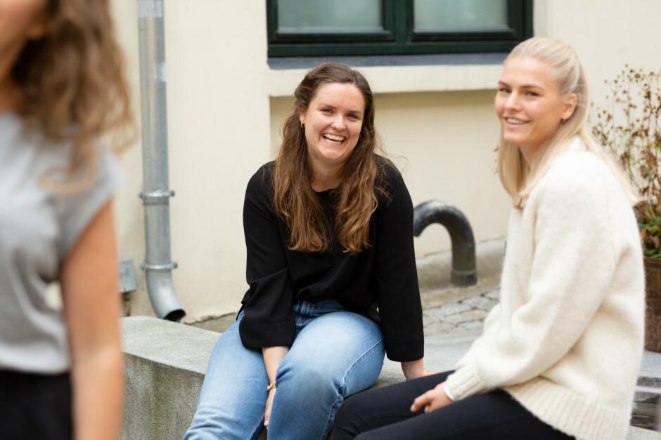 Andrea Huse, til høyre, forklarer hvorfor de gir jobbsøkerne tekniske tester i Epinova. Her sammen med prosjektleder Nora Røv. 📸: Epinova