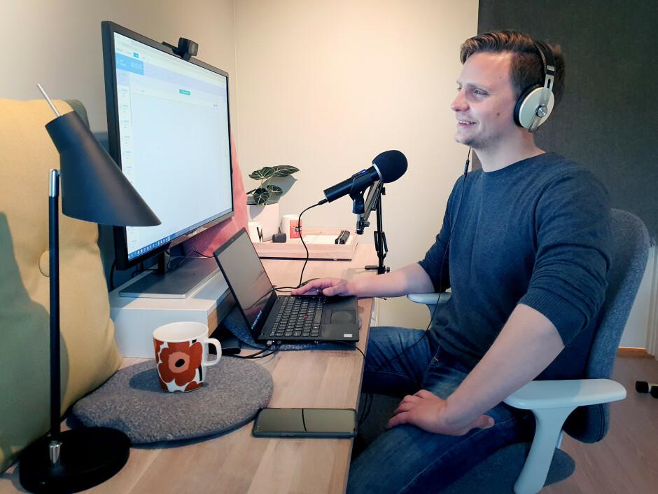 Øystein Lorentzen Vesth på hjemmekontoret, som også har blitt podcast-studioet til Utviklerpodden. 📸: Privat