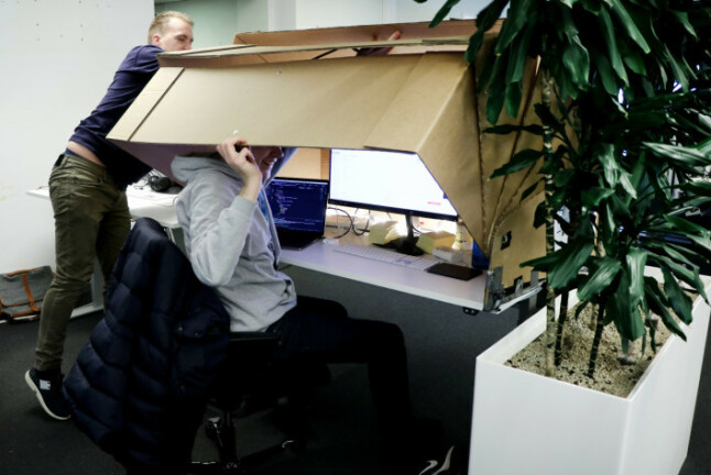 I fjor snublet Kode24s Jørgen og Ole Petter over Bravers prototype som da befant seg i lokalene til Finn.no! 📸: Ole Petter Baugerød Stokke