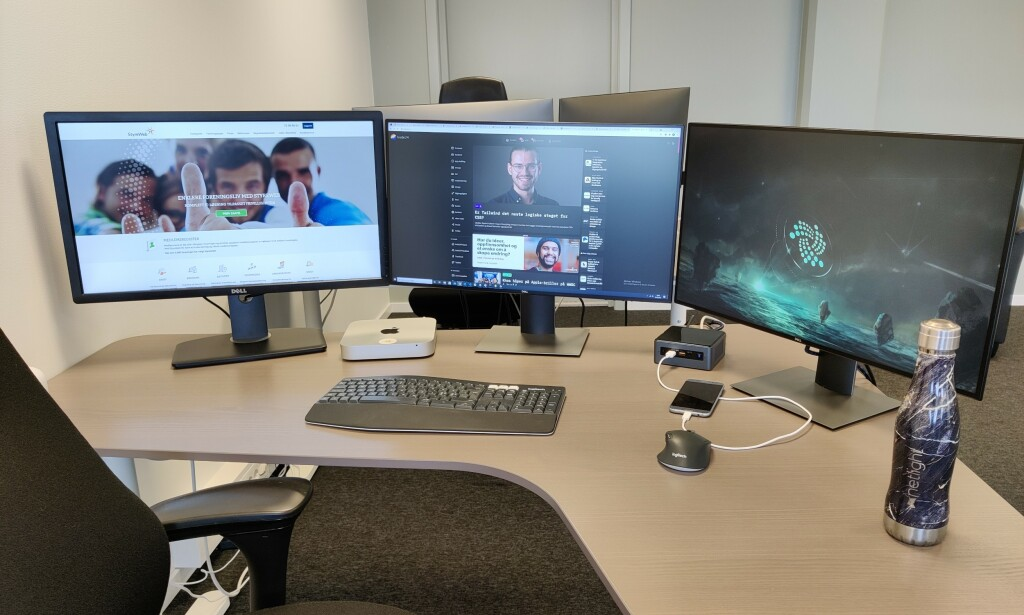 HELDIG: Svenn kan nyte tilværelsen på kontoret igjen som fullvaksinert! 📸: Svenn Grønbeck
