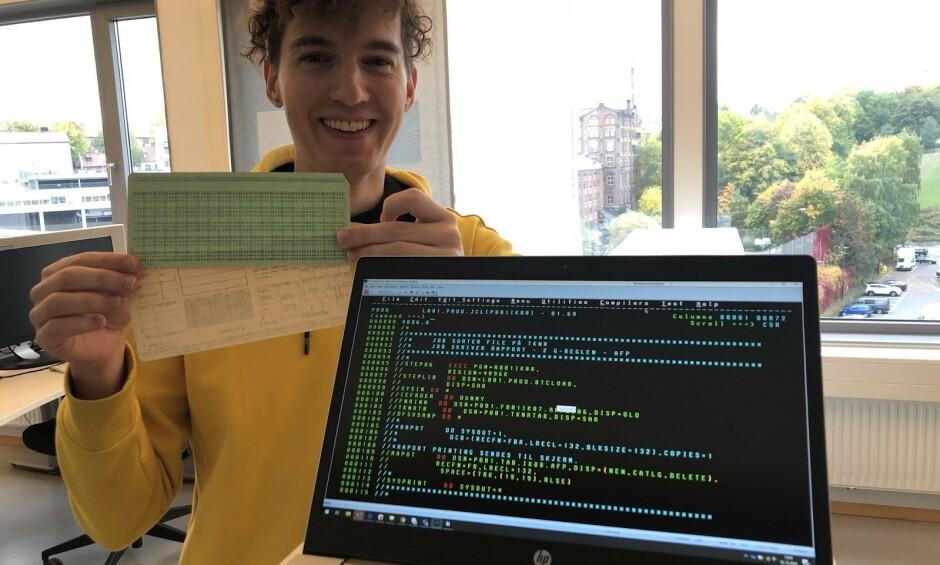 Utvikler Eirik Sletteberg i NAV poserer foran kode som ble brukt til å kjøre Det Sentral Folketrygdsystemet i produksjon. 📸: Privat
