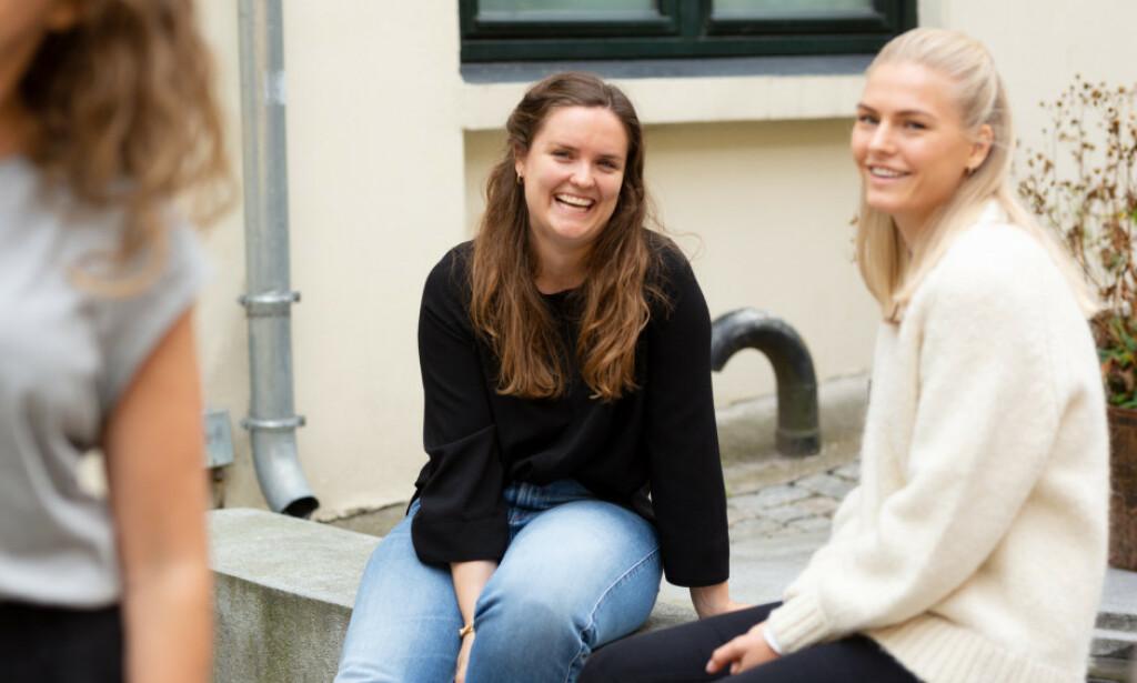 Andrea Huse, til høyre, understreker at det er viktig å være objektiv i lønnsforhandlinger. Her sammen med prosjektleder Nora Røv. 📸: Epinova