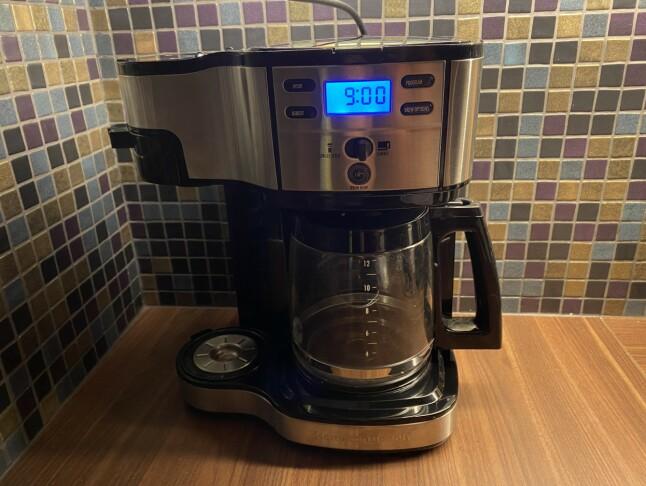 En kaffetrakter med timer sørger for at Cecilia får servert nykokt kaffe til daglig stand-up på Slack.📸: Privat