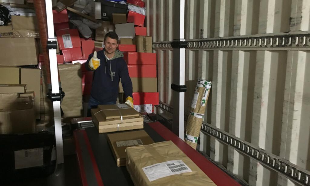 Noe pakkesortering gjøres fortsatt for hånd. 📸: Privat