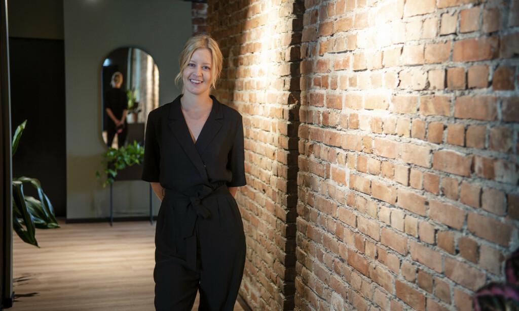 Med panorama utsikt over Oslos navle, Jernbanetorget, vil Mette Karine Skjelbred (33), prosjektleder/digital rådgiver i Increo, ønske ansatte- og kunder tilbake etter restriksjonene er over. Foto: Robert S. Eik
