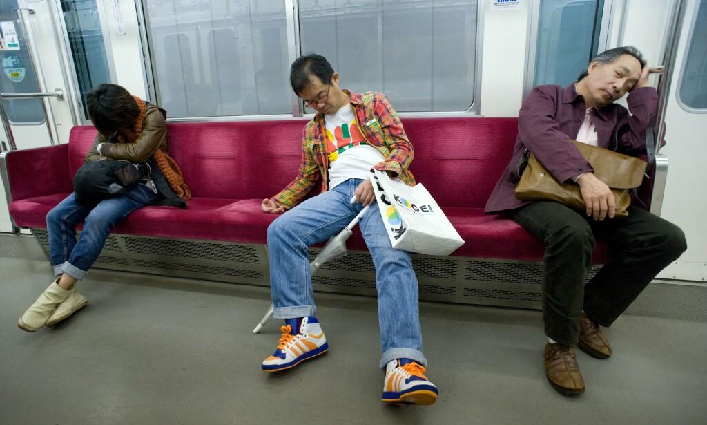 Japanske menn praktiserer inemuri på offentlig transport. 📸: REX (1267269s) / Scanpix