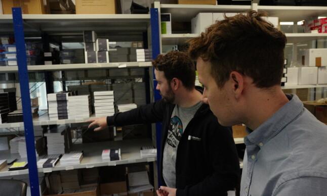 Ørjan Bruland (til venstre) og Julian Veisdal hos Disruptive Technology viser varelageret som også er lokalisert på kontorbygget på Lysaker i Oslo. 📸: Isak Løve Pilskog Loe