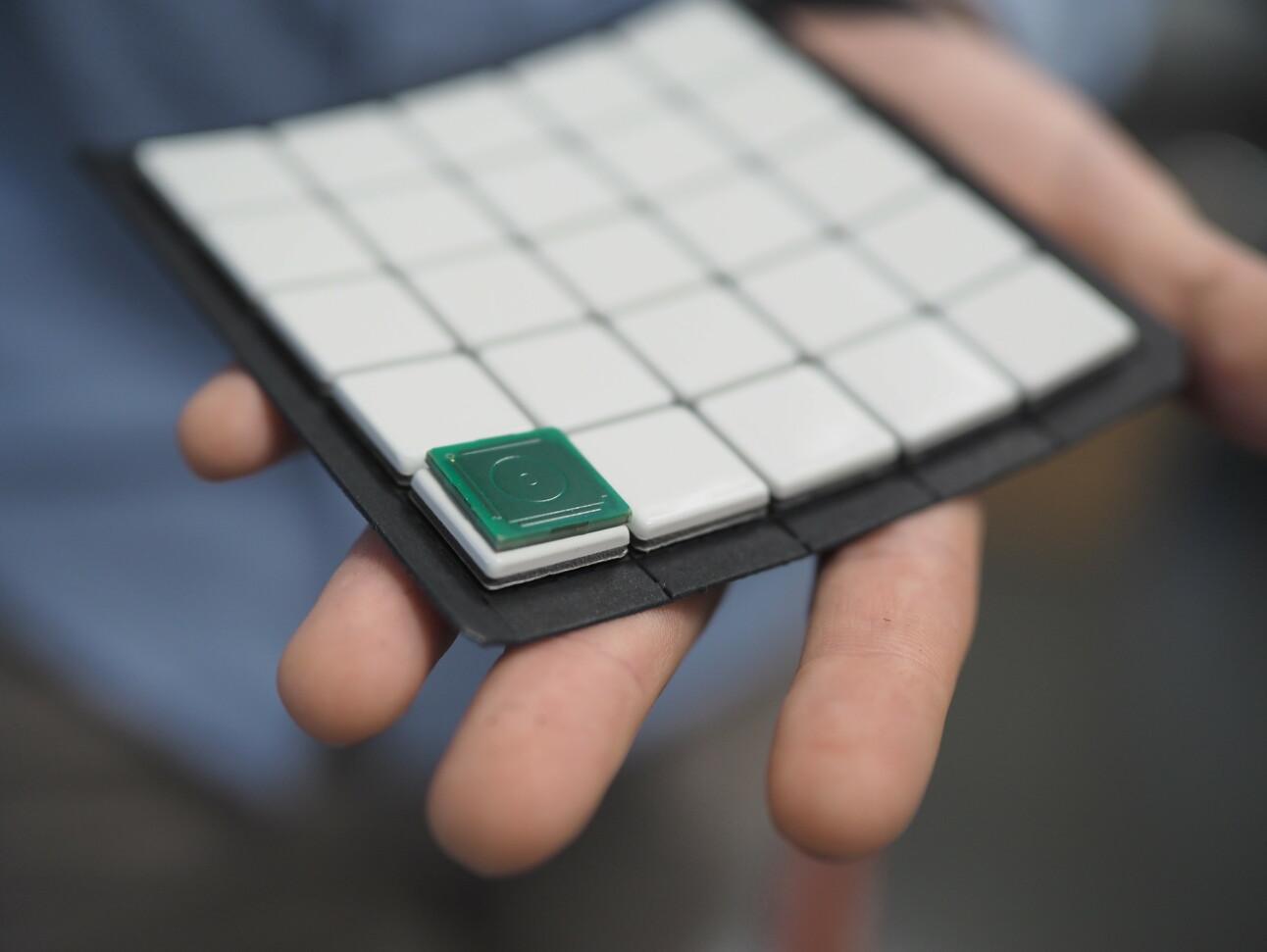 Her er 25 ferdigstilte sensorer, med mikrobrikken liggende på topp for syns skyld. 📸: Isak Løve Pilskog Loe