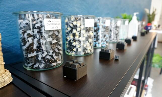 I butikken kan man prøveklikke hvilke brytere man liker best på spesiallagde mini-tastaturer. 📸: Jørgen Jacobsen