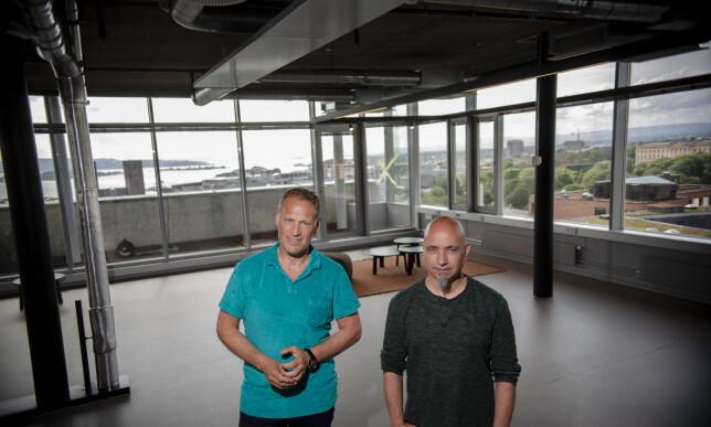Carl J. Onstad og Bjørn Tumyr arbeider med å gjøre Rebel klar for innflyttere. Utsikten fra bygget er det ingenting å si på. Foto: Robert S. Eik