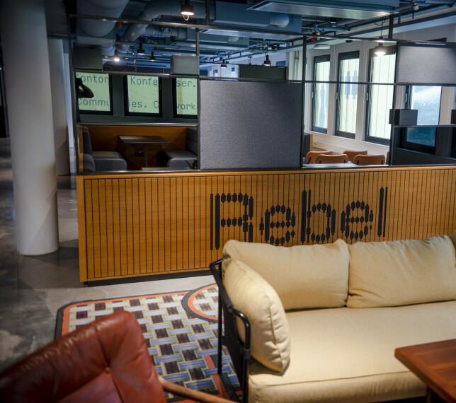 Rebel Hangout har over 300 sitteplasser for de som vil sitte andre steder enn på kontoret. Foto: Robert S. Eik