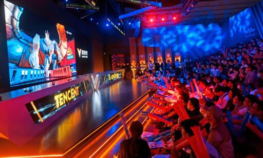 Verdensmesterskap i League of Legends vist på storskjerm i Tencent V-station i Shanghai, Kina. 📸: Chinatopix /AP