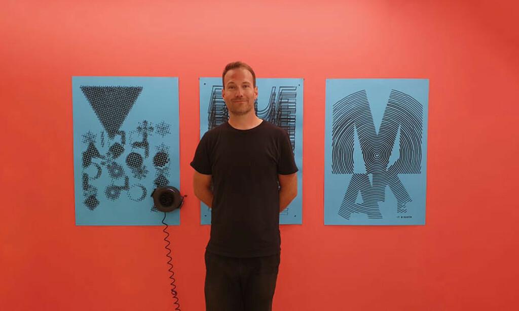 Kristian Grønevet er interessert i typografi, og har laget flere egne fonter. Her fra en kunstutstilling i sommer hvor Grønevet viste frem egenkomponert typografi-kunst. 📸: Privat