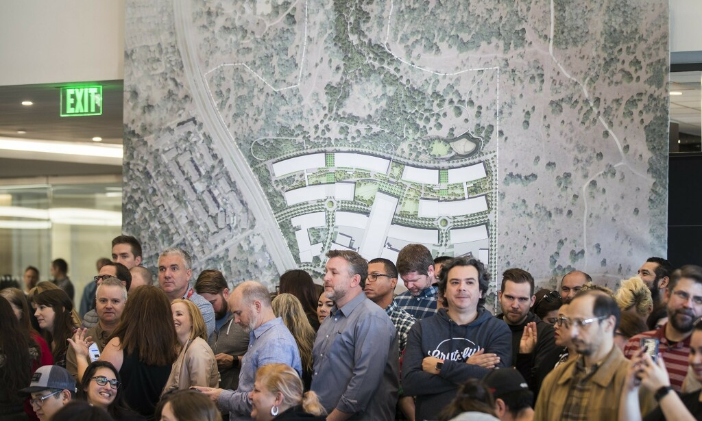 Apple-ansatte står i kø for å høre om planer for et nytt kontorbygg i Austin. 📸: Ricardo Brazziell/Austin American-Statesman via AP / Scanpix