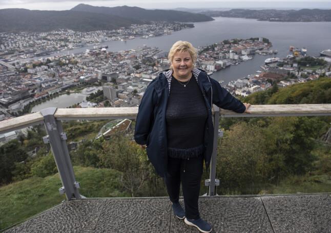 Statsminister og Høyre leder Erna Solberg er på valgkamp turne i Bergen, her er hun på turaksjon på Fløyen. 📸: Marit Hommedal / NTB