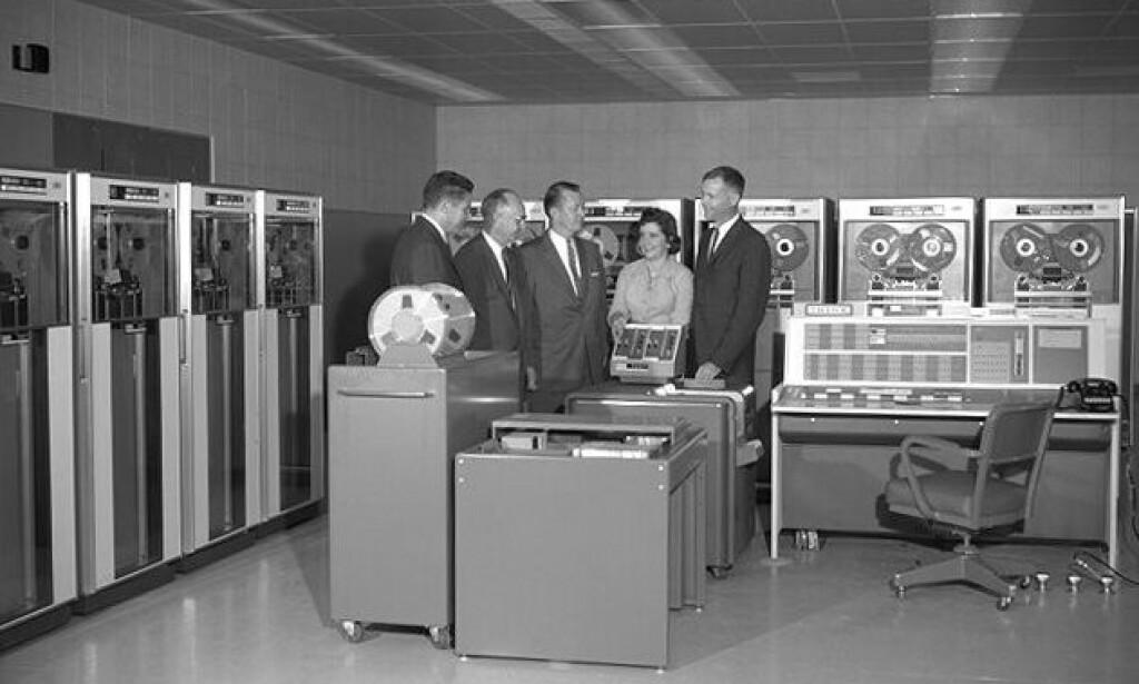 Oh yeah, gi meg 50-tallets IBM, hvor alle menn gikk i dress. Kanskje minus kvinnesynet da. 📸: Wikipedia