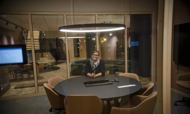 Organisasjonsdirektør Caroline Horn (48) viser stolt frem de nye lokalen, hvor de blant annet har satset på norsk tre. 📸: Robert S. Eik.