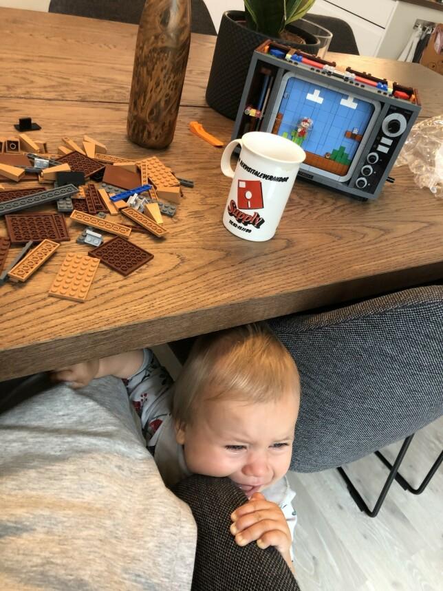 """Her ser man et klassisk eksempel på """"hm, kanskje jeg kan bygge litt Lego selv om Luna er våken""""-øyeblikk i pappapermen. Det gikk som det måtte gå. 📸: Ole Petter Baugerød Stokke"""