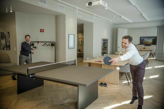 Markedssjef Jakob Høgh Gjellestad og daglig leder Marcus Sahlin Pettersen i Alv håper kollegene sine vil være mer på de nye kontorene midt i Oslo sentrum frmaover. 📸: Robert S. Eik