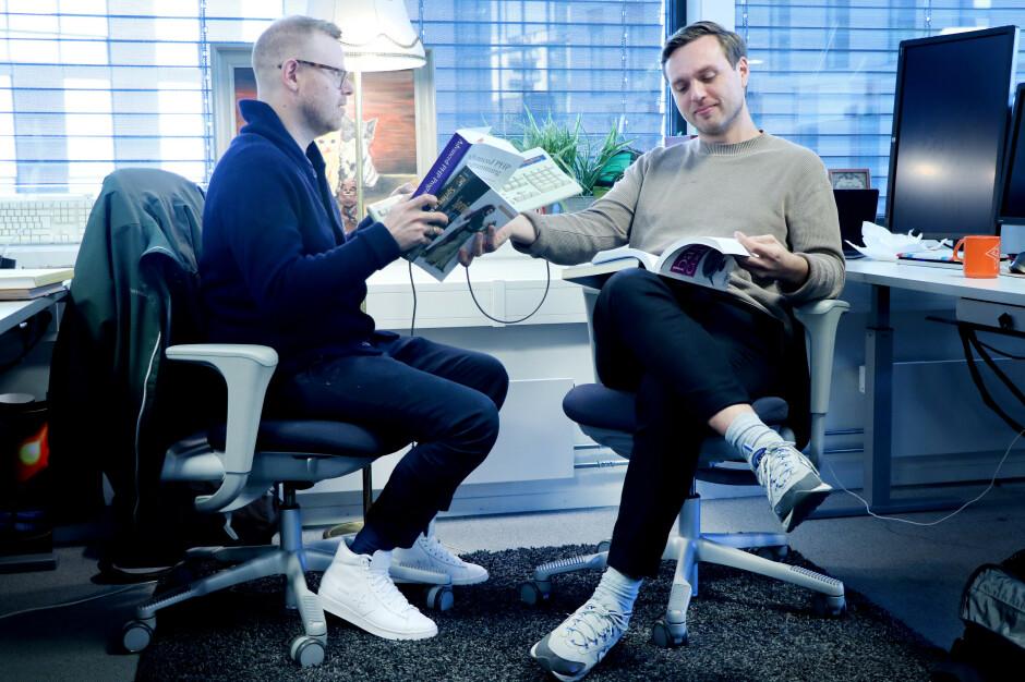 Fagredaktør Jørgen Jacobsen gjør sitt beste med å sette Mattis Vaaland inn i kode24s kjerneområder; programmering, tastaturer, gamle stålamper og malerier av søte pusekatter. 📸: Ole Petter Baugerød Stokke