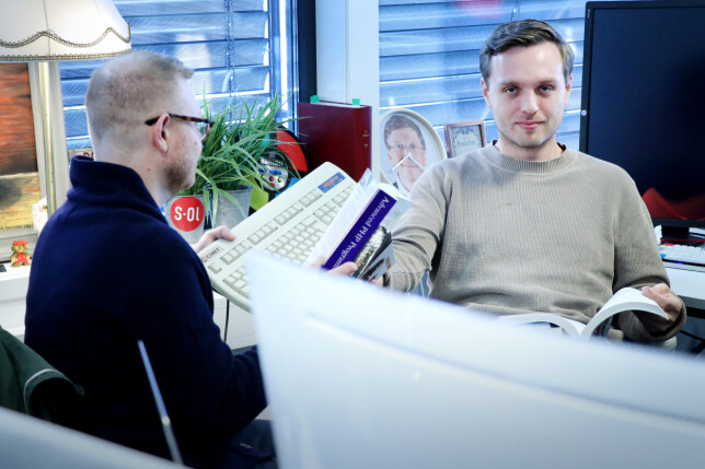 Mattis Vaaland får dessverre ikke jobba i kode24s gamle kodekontorer - nå er vi flytta opp en etasje med resten av SOL-gjengen, og satt ut i det åpne landskap. Men Mattis har andre, større utfordringer å tenke på - som å få lest alle bøkene Jørgen prakker på han. 📸: Ole Petter Baugerød Stokke